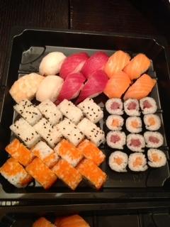Sushi. Estaba bueno, pero...¿cómo lo presentan en bandejas de plástico estando en un restaurante?