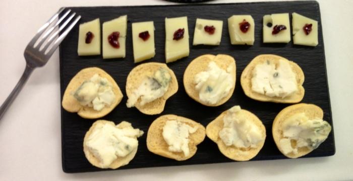 Canapés de gorgonzola y otro queso italiano de cuyo nombre no me acuerdo. Una gozada