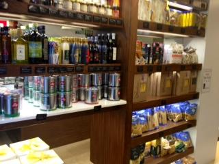 Estanterías llenas de productos italianos