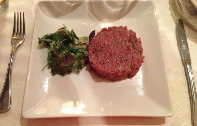 Steak tartar, buque insignia del restaurante. Estaba buenísimo pero la carne estaba demasiado picada.