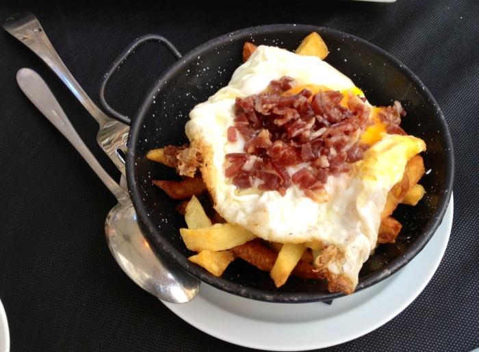 Huevos rotos trufados. Bien de sabor, pero con las patatas demasiado hechas.