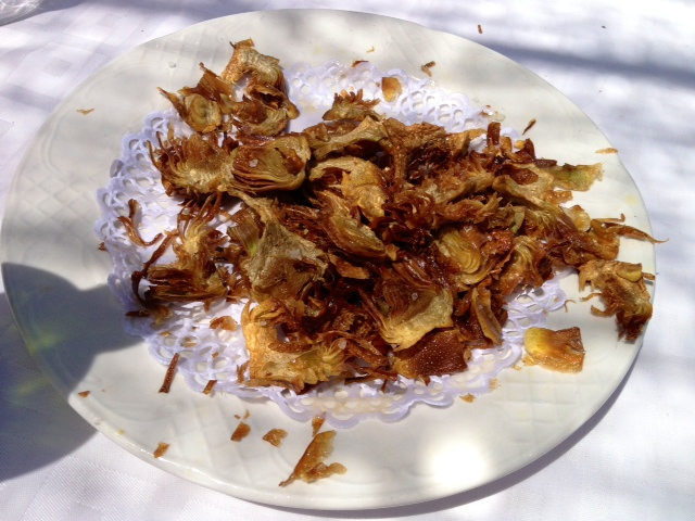 Virutas de alcachofas fritas.  Chips of fried artichokes. Spänen gebratenen Artischocken.