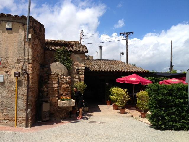 """Entrada a la típica masía catalana. Entrance to the typical Catalan farmhouse (""""masía""""). Eingang zum typischen katalanischen Bauernhaus (""""masía"""")."""
