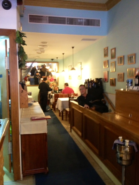 Un restaurante bastante pequeño. A fairly small restaurant. Ein ziemlich kleines Restaurant.
