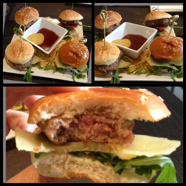 Mini hamburguesas. Todas diferentes, sabrosas, con buena carne y hechas al punto.
