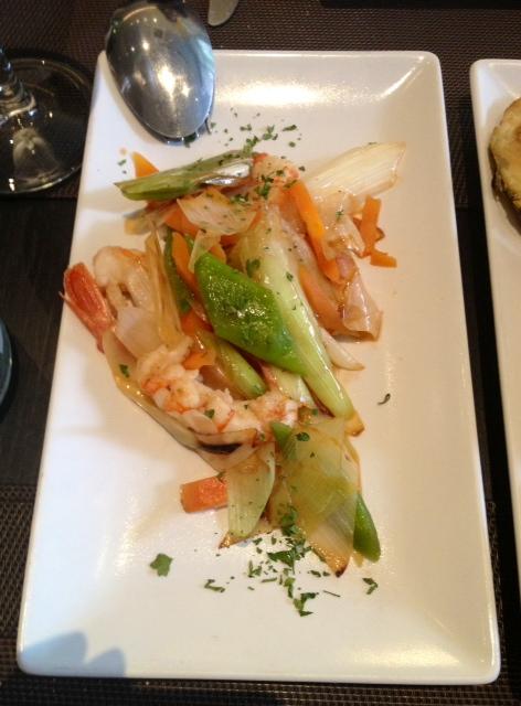 Salteado de gambón y verduras de temporada. Gambón sabroso y verduras tiernas y perfectamente cocinadas.