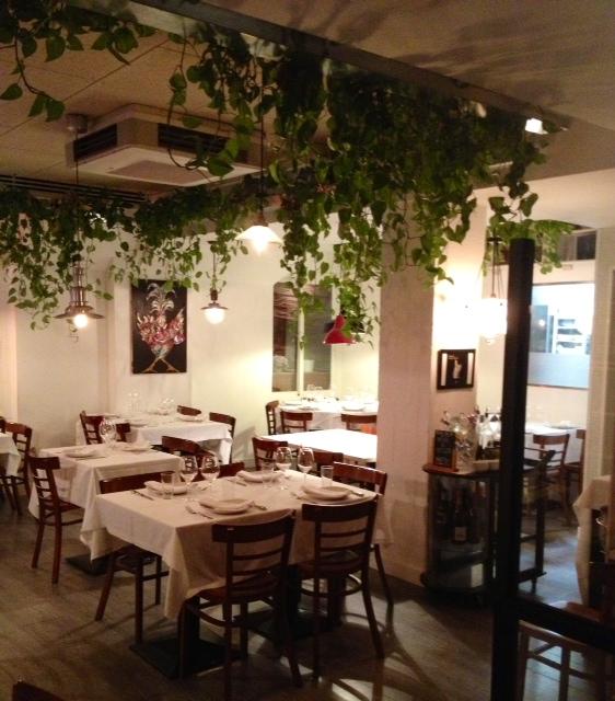 Restaurante clásico con un toque verde. Classic restaurant with a green touch. Klassisches Restaurant mit einem grünen Hauch.