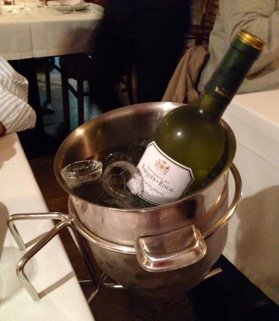 Vino blanco muy frío. Una delicia. Chilled white wine. A delight. Gekühlt Weißwein. Ein Genuss.
