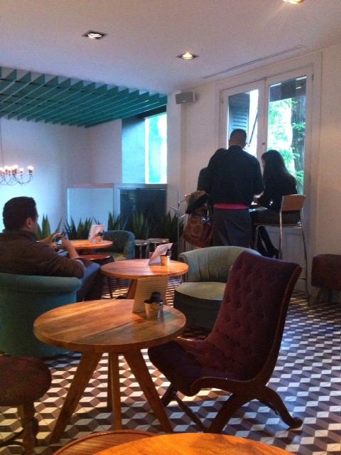 """Lo que llaman """"barra"""": un restaurante informal de lo más cómodo. What they call bar: a casual and very comfortable little restaurant. Was sie es nennen Bar: ein legeres und sehr komfortabel kleines Restaurant."""