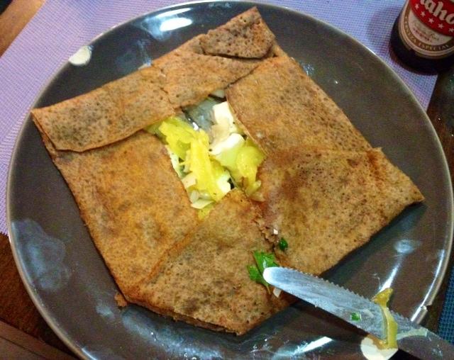 Crêpe de puerros con cebolla y brie. Pancake with leek, onions and brie. So good. Lauch mit Zwiebeln und Brie Pfannkuchen.