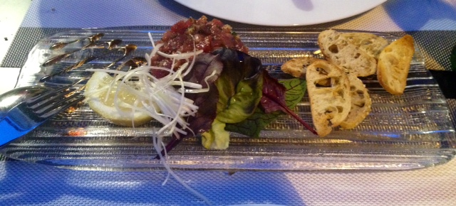 Tartar de atún. Tuna tartare. Very good, but sparse. Tuna Tartar. Sehr gut, aber spärlich.