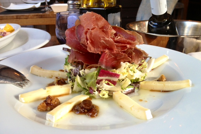 Ensalada de cecina y queso brie. Salad with jerky and brie. Salat mit Ruckelt und Brie.