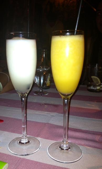 Sorbetes de limón con champán y de maracuyá con vodka. Lemon sorbet with champagne and passion fruit sorbet with vodka. Zitronensorbet mit Sekt und Passionsfrucht-Sorbet mit Wodka.