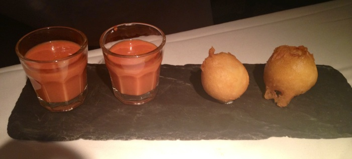 Aperitivo: gazpacho de fresas y buñuelo de bacalao. Snack: strawberry gazpacho and cod fritter. Snack: Erdbeer-Gazpacho und Kabeljau verzetteln.