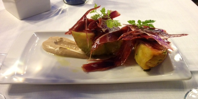 Tomates confitados, crema de pan y jamón ibérico. Confit tomatoes, bread cream and Iberian ham. Confit Tomaten, Brot Sahne und iberischen Schinken.