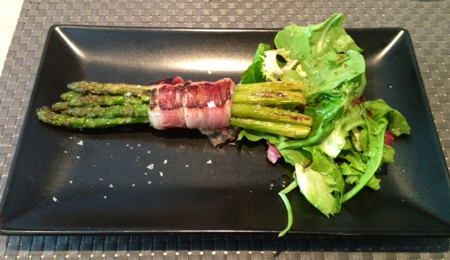 Manojillo de espárragos. Bunch of asparagus. Bund Spargel.