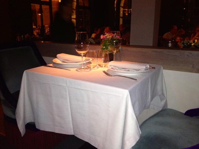Mesas. Tables. Tischen.
