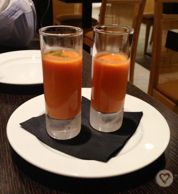 Aperitivo: gazpacho. Appetizer: gazpacho. Vorspeise: Gazpacho.