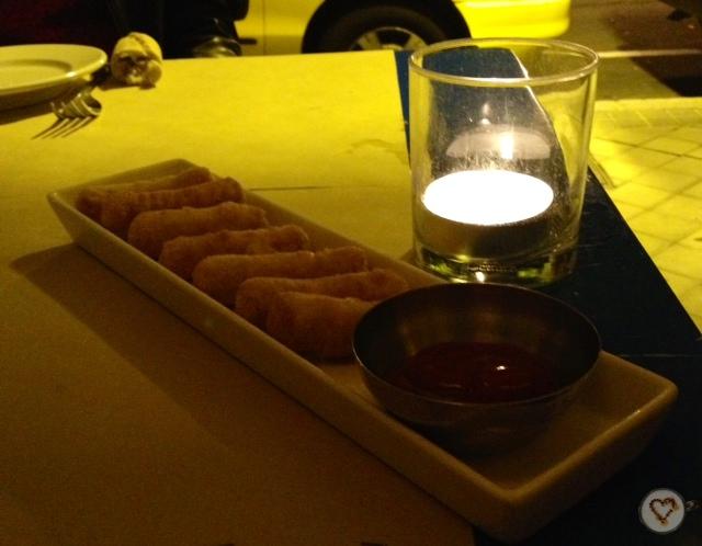 Tequeños: palitos de queso envueltos en masa fina y fritos (8€). Tequeños: fried cheese sticks wrapped in thin dough. Tequeños: gebratene Käse-Sticks in dünnen Teig gewickelt.