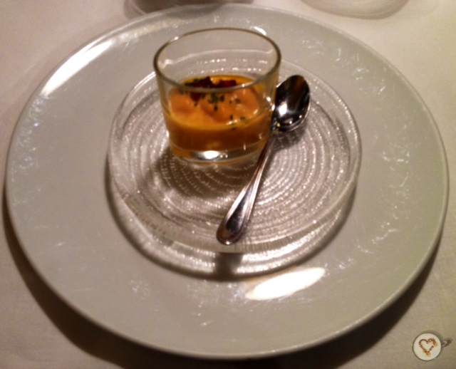 Aperitivo: crema de calabaza con jamón ahumado. Appetizer: pumpkin cream with smoked ham. Vorspeise: Kürbiscremesuppe mit geräuchertem Schinken.