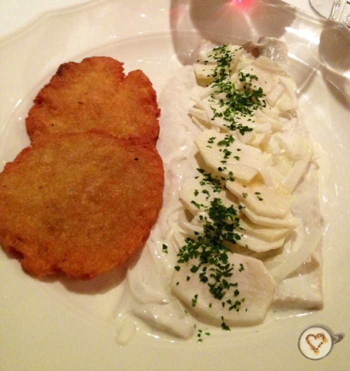 Arenques a la crema sobre kartoffelpuffer. Herrings in cream on kartoffelpuffer. Hering in Sahne auf Kartoffelpuffer.