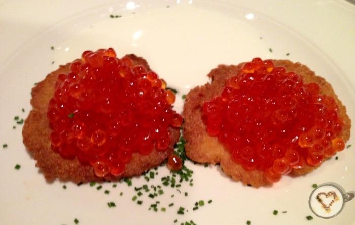 Huevas de salmón sobre kartoffelpuffer. Salmon roe on kartoffelpuffer. Lachskaviar auf Kartoffelpuffer.