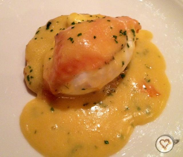 Huevo poché sobre Kartoffelpuffer. Poached egg on Kartoffelpuffer. Pochiertes Ei auf Kartoffelpuffer.