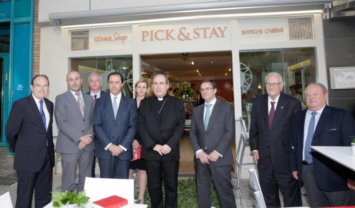 Innauguración de Pick and Stay. Con Monseñor Asenjo, arzobispo de Sevilla y antiguo obispo de Córdoba. Fuente: Pick and Stay Facebook