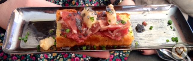 Caso Malaya: bizcocho de romero con presa ibérica. Rosemary Cake with Iberian pork shoulder. Rosmarin Kuchen mit iberischen Schwein.