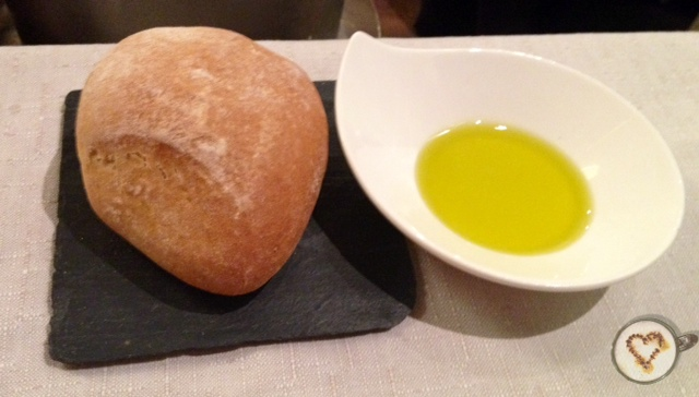 Pan con aceite de oliva (1,50€). Bread with olive oil. Brot mit Olivenöl.