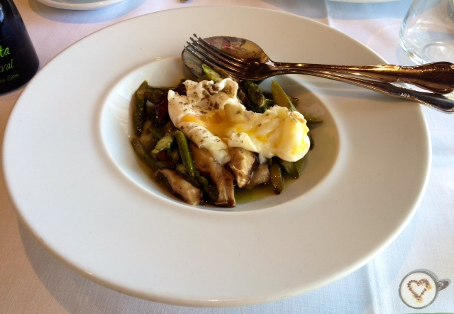 Huevo poché con setas y espárragos (11€). Poached egg with mushrooms and asparagus. Pochiertes Ei mit Pilzen und Spargel.