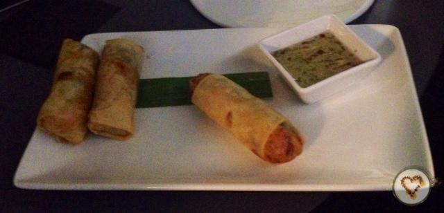 Rollitos de primavera con salsa picante. Spring rolls with spicy sauce. Frühlingsrollen mit pikanter Sauce.