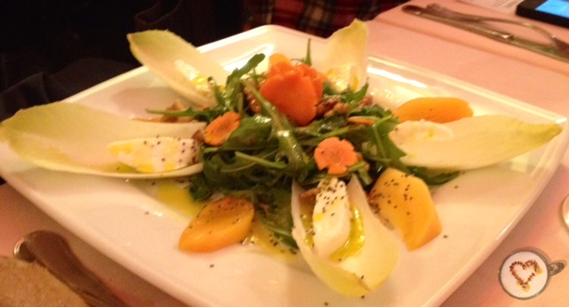 Ensalada de endivias, mozzarella, kaki, rúcola y semillas de chía. Endive salad with mozzarella, kaki, rocket and chia seeds. Endivien-Salat mit Mozzarella, Kaki, Rucola und Chia-Samen.