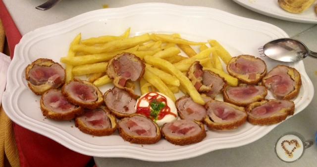 Flamenquín. Flamenquín: fried roll of veal with iberian ham. Flamenquín: Gebratener Kalbsrücken-Roll mit iberischen Schinken.