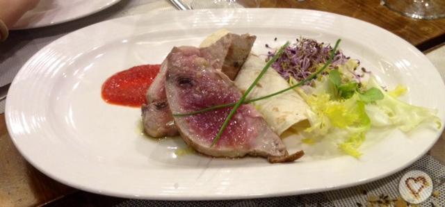 Lomo de atún a la plancha (17€). Grilled tuna steak. Gegrilltes Thunfisch.
