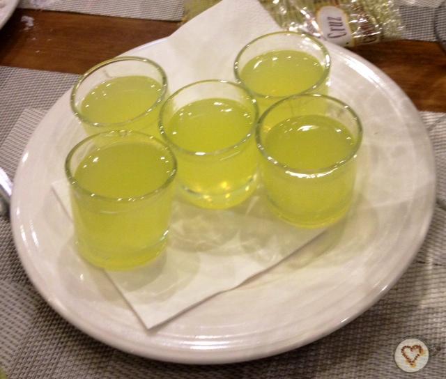 Chupitos de limoncello. Limoncello shots.