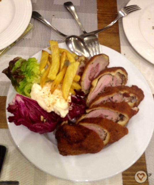Flamenquín. Flamenquín: fried rolled pork tenderloin stuffed with ham. Flamenquín: gebratene und gerollt Schweinefilet, gefüllt mit Schinken.