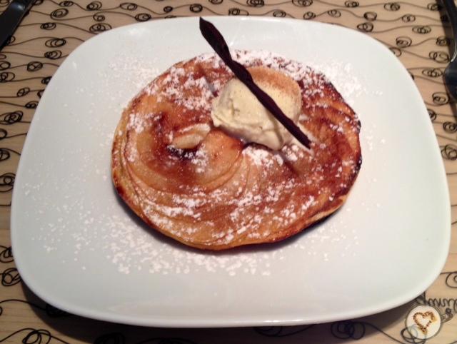 Tarta de manzana con helado de vainilla (5€). Apple pie with vanilla ice cream. Apfelkuchen mit Vanilleeis.