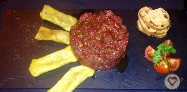 Steak tartar con patatas soufflé (19€). Steak tartar with soufflé potatoes. Steak tartar mit Soufflé-Kartoffeln.
