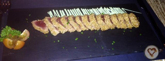 Tataki de atún rojo con mayonesa de wasabi (19€). Bluefin tuna tataki with wasabi mayonnaise. Rotem Thun Tataki mit Wasabi-Mayonnaise.