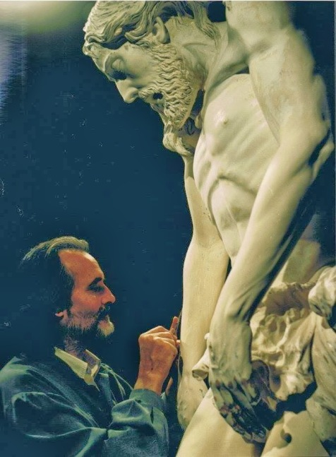Marcelo esculpiendo