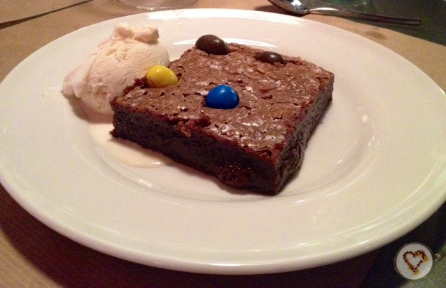 Brownie cremoso de M&M's (5,75€). Creamy M&M's brownie.