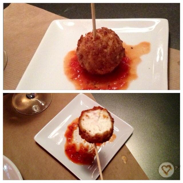 Chupa-chups de queso de cabra con confitura de tomate (8€/6uds). Goat cheese lollipops with tomato jam. Ziegenkäse-Lollipops mit Tomatenmarmelade.