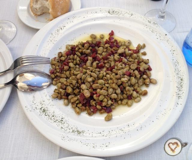Habitas salteadas con jamón ibérico (9€). Beans with iberian ham. Bohnen mit Iberischen Schinken.