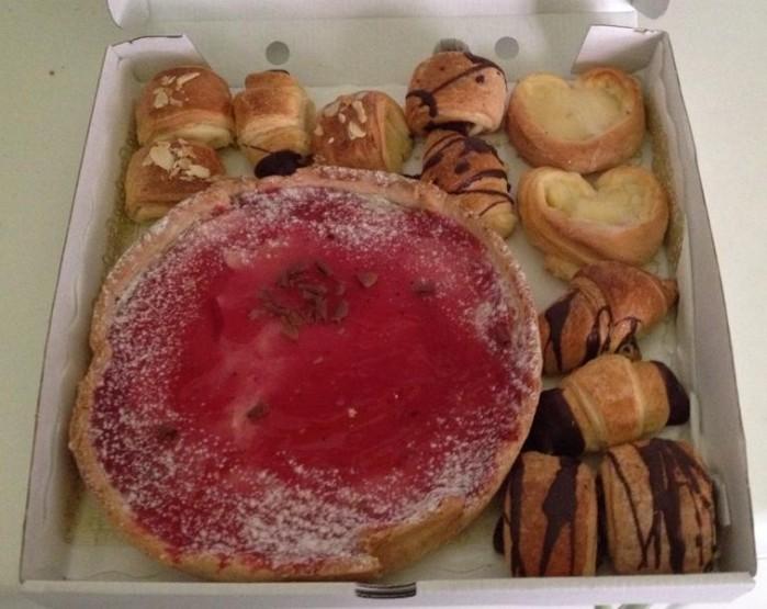 Paquetillo asqueroso nº3: dulces secos, tarta rota...puesto sin cuidado alguno.
