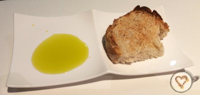 Pan con aceite de hojiblanca. Bread with olive oil. Brot mit Olivenöl.