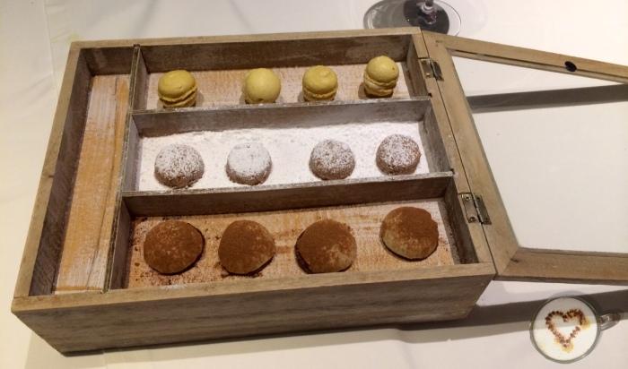 Cajita de postres regalo de la casa. Box of little desserts, gift of the restaurant. Süßspeisenkasten, Haus Geschenk.