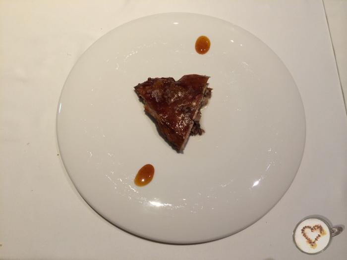 Lechón crujiente (25€). Crispy suckling pig (half portion). Knusprige Säuglingschwein(im Bild, mittleren Bereich).