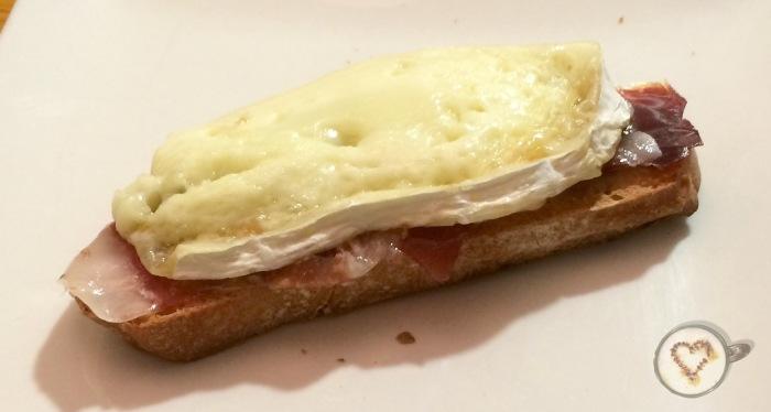 Brie con jamón.