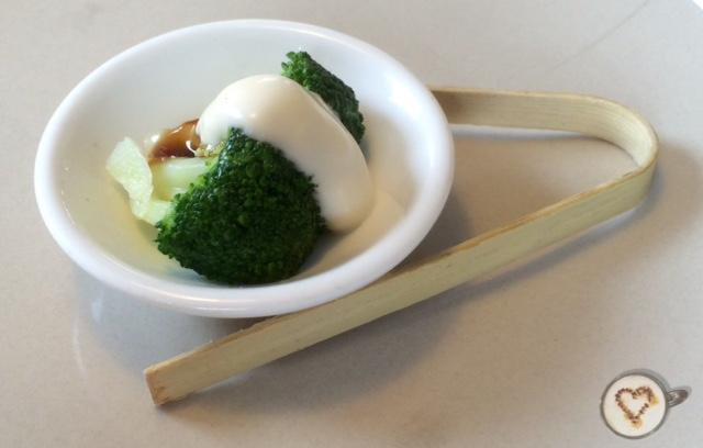 Aperitivo de brócoli al vapor con salsa.
